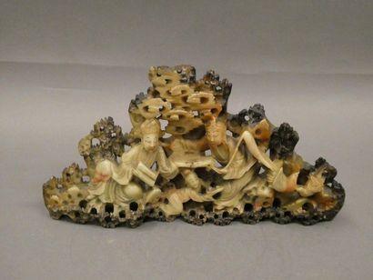 Groupe sculpté en pierre de lave.    Dim. : 15,7 x 30 x 5 cm