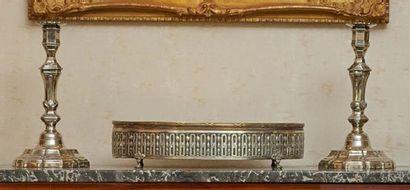 PAIRE DE FLAMBEAUX en métal argenté, modèle...