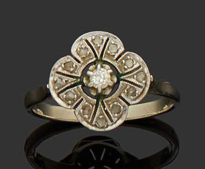 BAGUE MARGUERITE en or gris 18K (750) et platine sertie de diamants dont un plus...