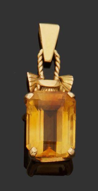PENDENTIF en or jaune 18K (750) sertie d'une...