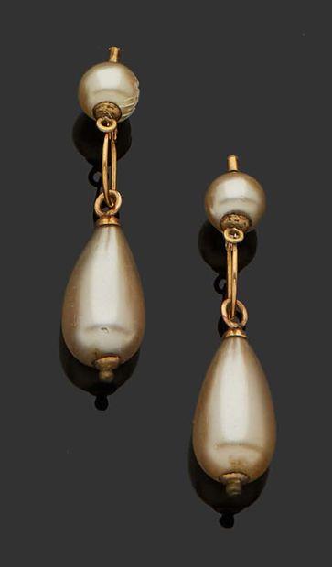 PAIRE DE PENDANTS D'OREILLES en or jaune 18K (750) et perles. Poids brut : 1,86...