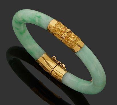 BRACELET RIGIDE en jade, monture en or jaune...