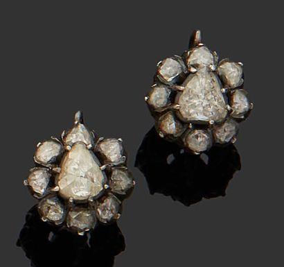 PAIRE DE BOUCLES D'OREILLE en or jaune 18K (750) serties de diamants taillés en...