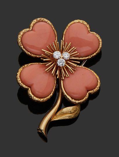 """VAN CLEEF & ARPELS Broche """"Rose de Noël"""" en or jaune 18K (750), diamants et corail...."""