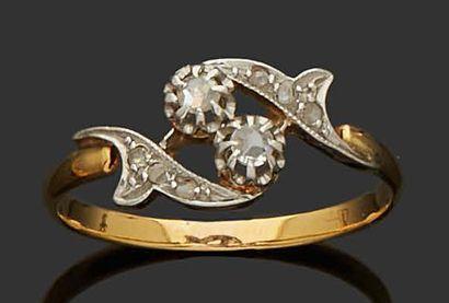 BAGUE TOI ET MOI en or jaune et gris 18K (750) sertie de deux diamants. TDD : 59...