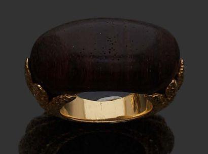 VAN CLEEF & ARPELS Bague jonc en or jaune 18K (750) sertie d'une pièce de bois d'amourette....