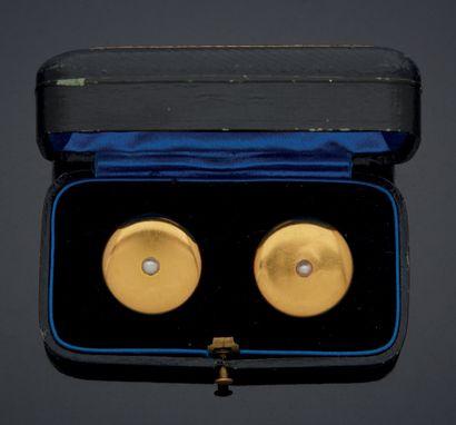 PAIRE DE BOUTONS DE MANCHETTES en or jaune 750 mm de forme circulaire, ornés au...