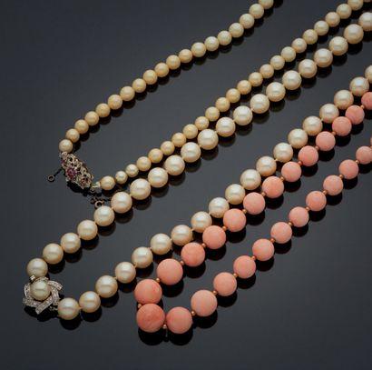 ENSEMBLE de trois colliers, un en perles...