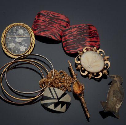 ENSEMBLE de bijoux fantaisie comprenant broches...