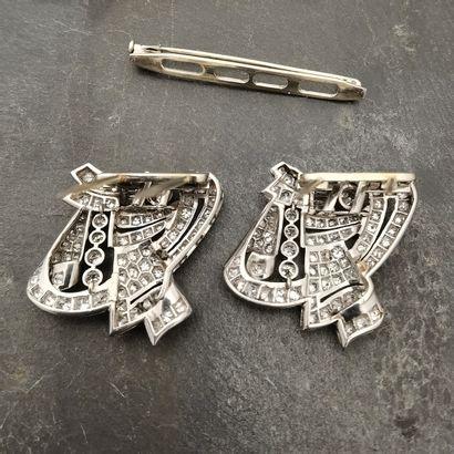 BROCHE DITE DOUBLE-CLIP en platine et or gris 750 mm figurant deux motifs géométriques...