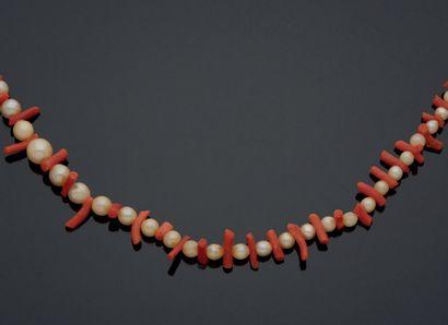 COLLIER en chute de perles alternées de corail....