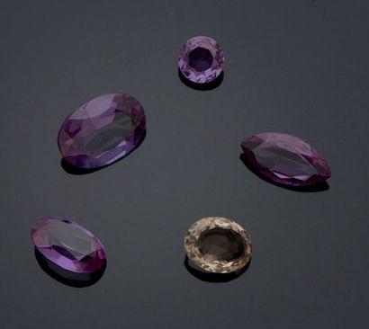 ENSEMBLE DE CINQ PIERRES un quartz et quatre...