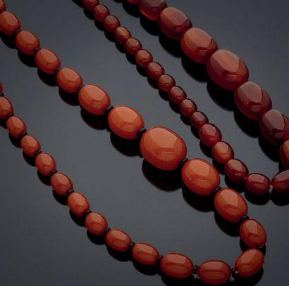 ENSEMBLE composé de deux colliers de perles...