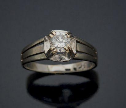 PETITE BAGUE en alliage d'or 585 millièmes sertie d'un petit diamant brillanté pesant...