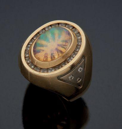 BAGUE d'homme en alliage d'or jaune 585mm sertie d'une opale dans un entourage de...