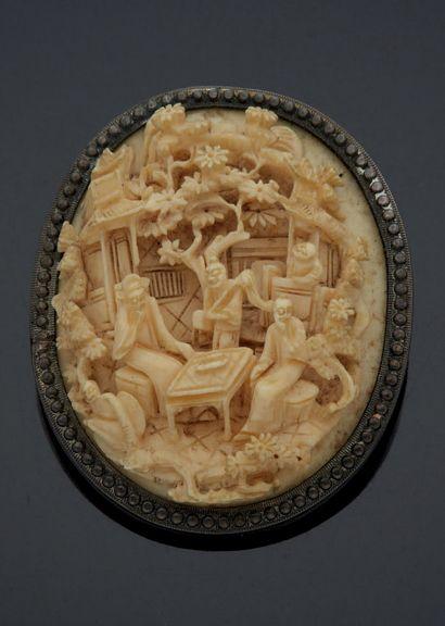 BROCHE ovale formée d'un médaillon en ivoire...