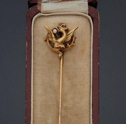 EPINGLE DE REVERS en or jaune 750 mm orné d'un motif circulaire de dragon tenant...