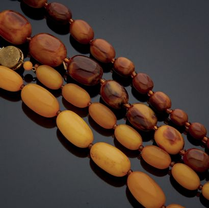 ENSEMBLE de deux colliers en ambre reconstitué....