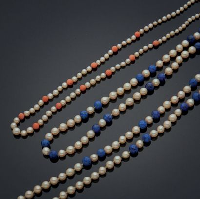 DEUX COLLIERS en perles, un alterné de perles...