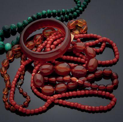 ENSEMBLE de colliers: comprenant deux colliers...