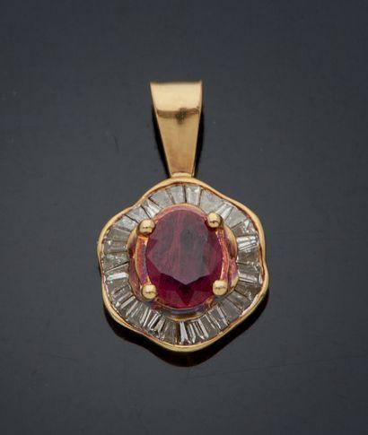 PENDENTIF en or jaune 750 mm orné d'un rubis dans un entourage jupe de diamants...
