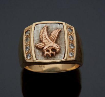 CHEVALIÈRE en alliage d'or deux tons 585mm le plateau à motif d'un aigle, épaulé...