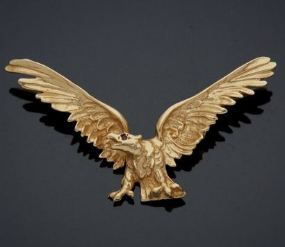 PENDENTIF en alliage d'or jaune 585 formant un aigle, l'oeil figuré par une petite...