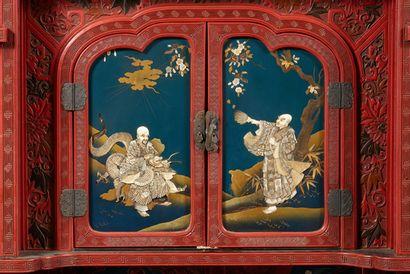 JAPON Cabinet kazaridana (meuble étagère) en laque de cinabre à motifs floraux et...