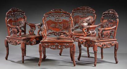 CHINE Ensemble comprenant une banquette en bois sculpté et quatre fauteuils. L'ensemble...