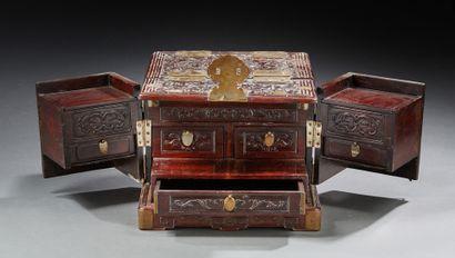 CHINE Coffret en bois de rose découvrant un petit cabinet. Fin du XIXe siècle. Dim.:...