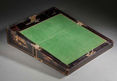 CHINE Ecritoire en bois noirci et doré, le couvercle à décor d'une scène de palais....