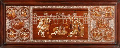 INDE Grand panneau en bois et incrustations d'os figurant des personnages et des...