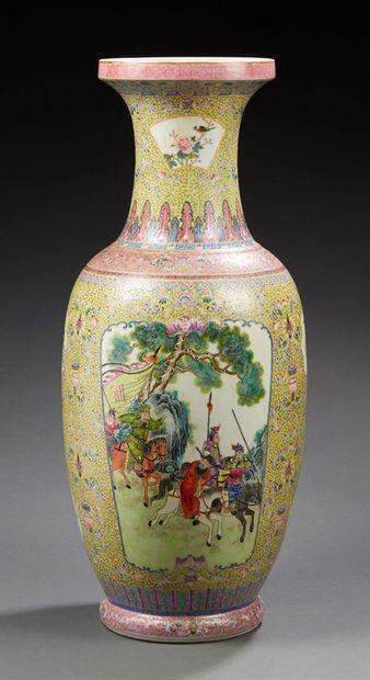 CHINE Grand vase en porcelaine de forme balustre décoré en émaux de la famille rose...