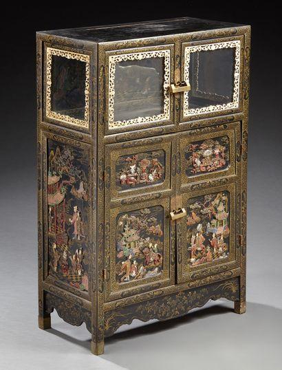 CHINE Petit cabinet en bois laqué d'or sur fond noir ouvrant en façade à quatre portes,...