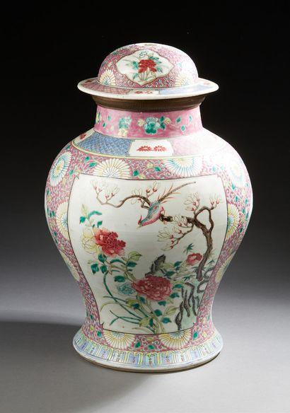 CHINE Vase couvert en porcelaine de forme balustre décoré en émaux de la famille...
