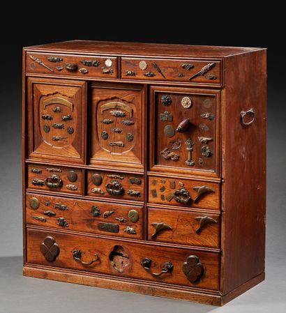 JAPON Cabinet (kodansu) ouvrant à huit tiroirs en bois à décor incrusté de pièces...