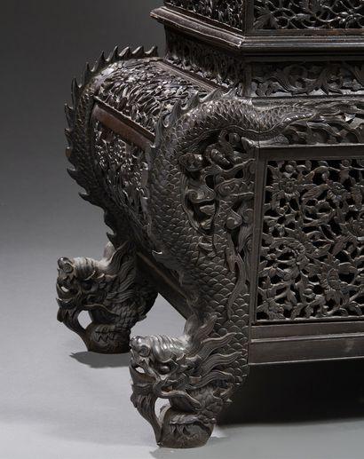CHINE Important cabinet en bois fruitier richement sculpté et ajouré. L'ensemble...