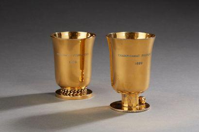 Jean DESPRES (1889-1980)  Ensemble de deux timbales en métal doré. Signées sous...