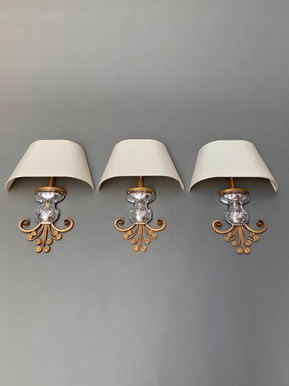 MAISON BAGUES  Suite de trois appliques à armature florale en métal doré enserrant...