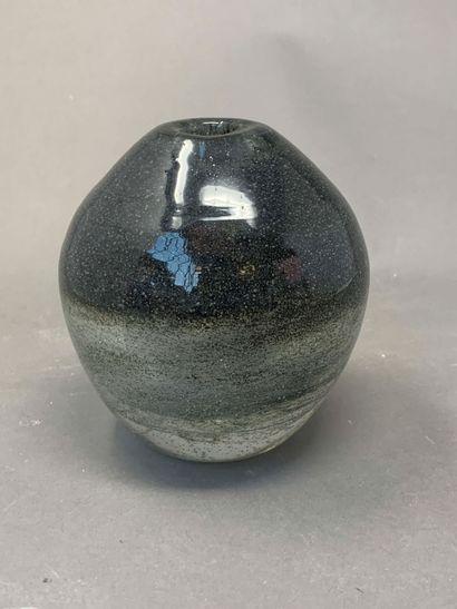 André THURET (1898-1965)  Vase en verre modelé...
