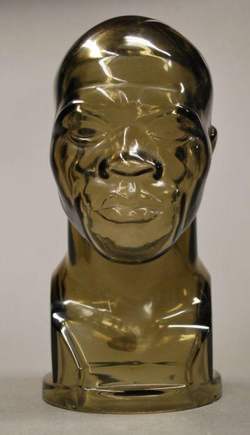 Leon DROUCKER (1867-1944) GORO PARIS  Tête d'homme africain.  Buste en verre signé....