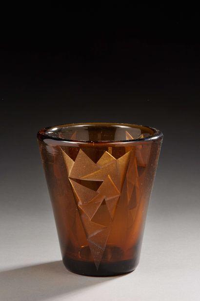 Jean LUCE (1895-1964)  Vase tronconique en verre fumé épais à décor géométrique...