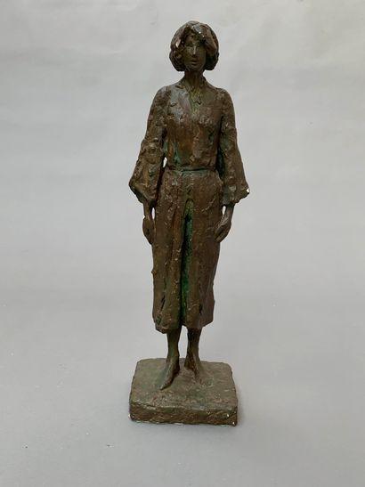 Travail 1940  Sculpture en plâtre à patine vert antique figurant une femme debout...