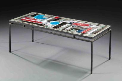 V BELARTI (XXème)  Table basse, structure en métal laqué noir, plateau en carreaux...
