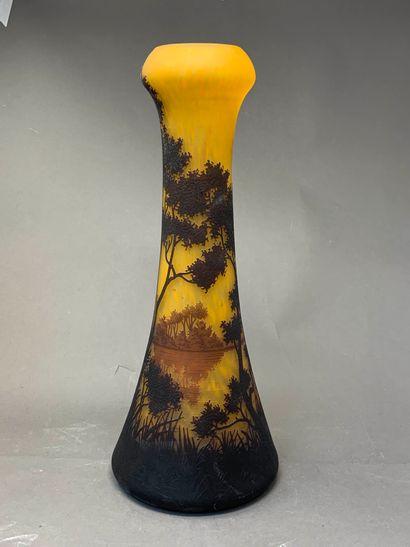 DAUM NANCY  Haut vase diabolo en verre multicouche...