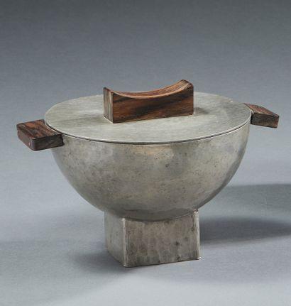 TRAVAIL 1930  Pot couvert moderniste en métal martelé à anses et prise en ébène...