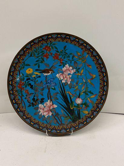 JAPON  Plat en bronze cloisonné à décor d'oiseaux...