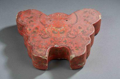 CHINE - Boîte en laque rouge en forme de...