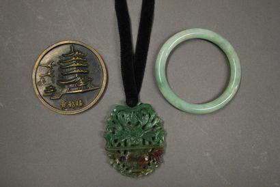 Chine  Ensemble comprenant un médaillon ajouré...