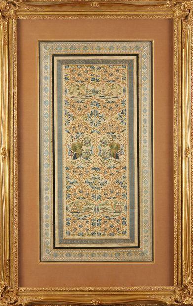 CHINE Broderie sur soie encadrée. Vers 1900 Dim.: 75 x 35 cm